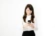 スマートフォンを操作する女性OL