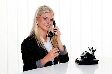 Frau mit antikem Telefon