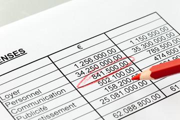 Zahlen einer Statistik mit Rotstift. Französisch.
