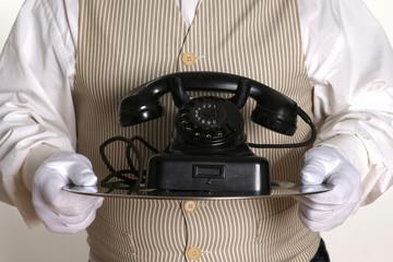 Butler bringt das Telefon