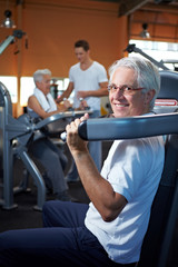 Seniorenpaar trainiert im Fitnessstudio