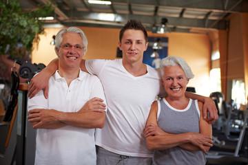 Fitnesstrainer und zwei Senioren