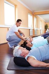 Rückenübung mit Fitnesstrainer