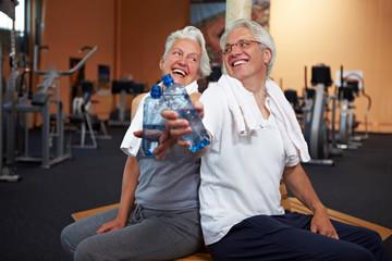 Lachende Senioren mit Wasser