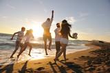 Grupa ludzi biegnących po plaży - 27526863