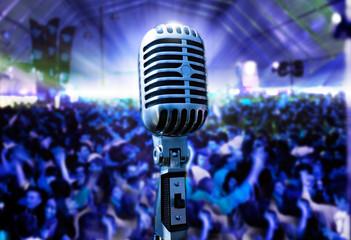 ilustracion de concierto con microfono retro y publico