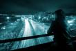 paisaje urbano nocturno con joven