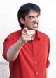homme menaçant agressif violent