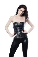 jeune femme racoleuse en latex noir