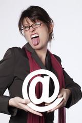 femme d'affaires tenant une arobase tirant la langue