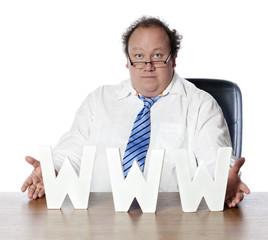 businessman ingénieur rassuré par internet
