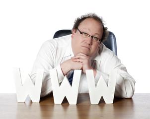 homme d'affaires songeur face au web