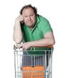 homme ennuyé faisant ses courses au supermarché