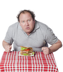 homme obèse interrogeant son sandwich