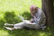 homme retraité actif ordinateur extérieur