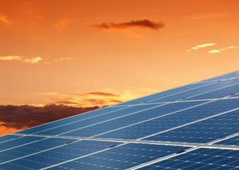Griglia di pannelli fotovoltaici al tramonto