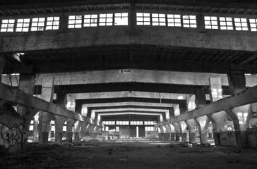 Industrialna fabryka w czerni i bieli