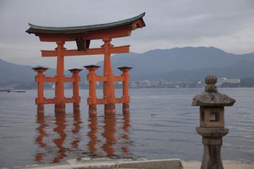宮島の鳥居と灯籠