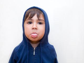 bambino facendo la linguaccia