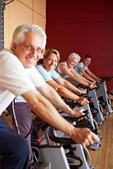 Lachende Gruppe im Fitnesscenter
