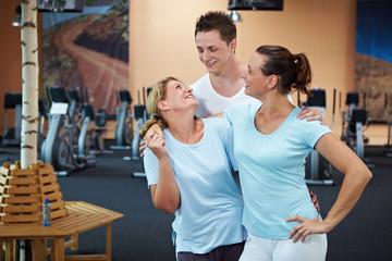 Drei Menschen im Fitnesscenter