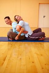 Frauen lachen im Fitnesscenter