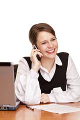 glückliche Geschäftsfrau telefoniert im Büro am Schreibtisch
