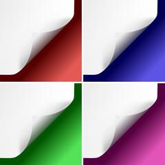 Angoli di pagine arricciati su sfondi colorati