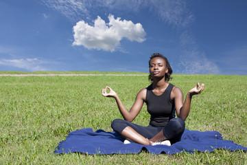 yoga nel prato e relax con rragazza africana