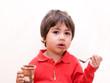 bambino mangia dessert