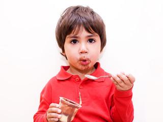 bambino mangia budino