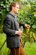 Weinbauer mit ernstem Gesicht