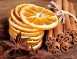 Fototapety Scheiben von getrockneter Orange mit Zimt und Sternanis