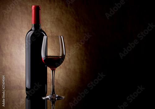 butelkę czerwonego wina i szkła oraz winogron