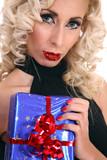Ragazza bionda con regali
