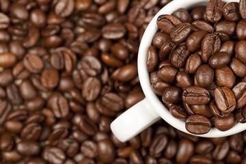 Espresso Tasse voll mit gerösteten Kaffeebohnen