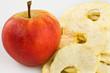 Apfel und getrocknete Apfelscheiben