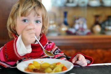 Kleinkind beim essen