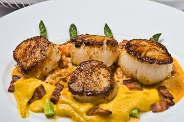 Scallops with cheese and bacon