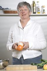 Women is peeling a Orange