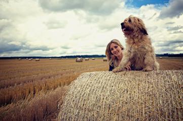 Mit dem Hund im Feld