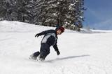 Junge beim Snowboarding/Abfahrt
