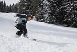 Junge beim Snowboarding