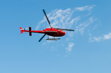Červený vrtulník na světlé letní den