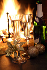 champagne con bicchieri e caminetto