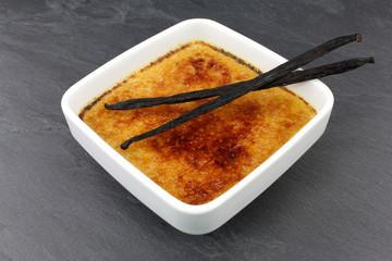 Crème brûlée et bâtons de vanille