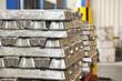 Aluminium zu Masseln und Blöcken gestapelt