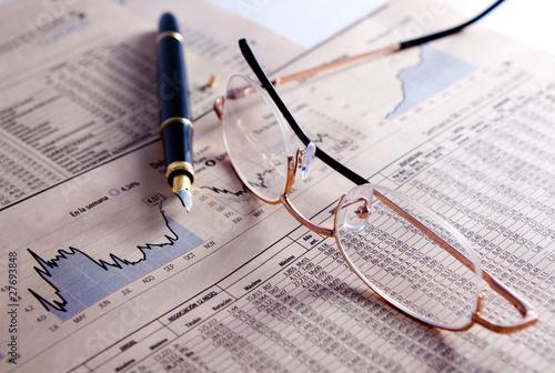 fondo de negocios con graficos,gafas y pluma