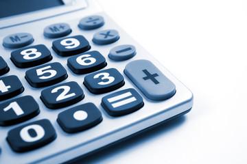 detalle de calculadora aislada en blanco
