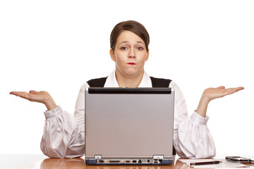 Junge Frau sitzt im Büro hat ein Problem u. weiß nicht weiter